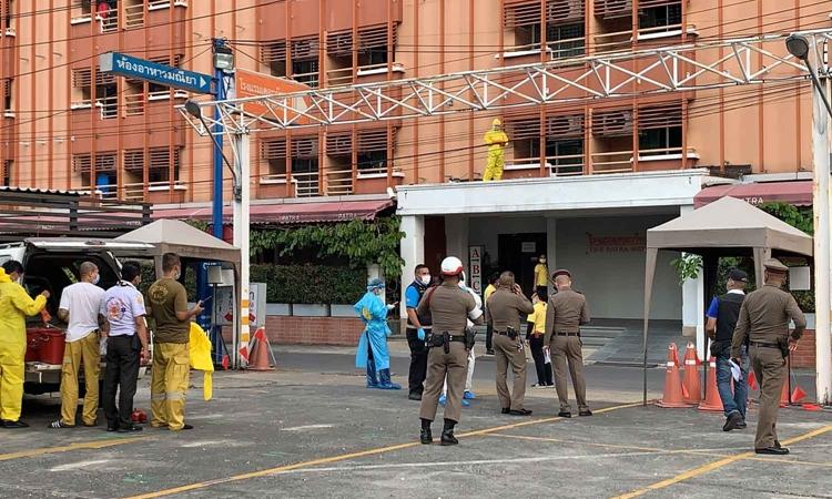 Cảnh sát cùng nhân viên kiểm soát dịch bệnh tại hiện trường vụ nhảy lầu ở khách sạn Patra, Bangkok, Thái Lan, hôm 27/12. Ảnh: Bangkok Post.