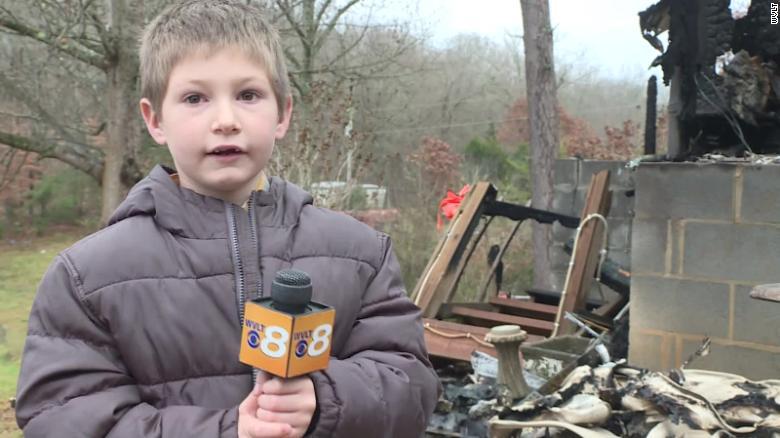 Cậu bé Eli, người lao vào lửa cứu em gái. Ảnh: WVLT.