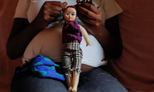Một nữ sinh 17 tuổi tại Kenya mang thai 7 tháng. Ảnh: Monicah Mwangi/Reuters.