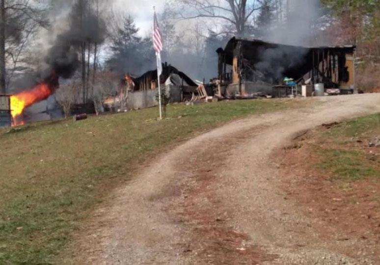 Ngôi nhà của gia đình Davidson bị thiêu rụi cho hỏa hoạn. Ảnh: WVLT.