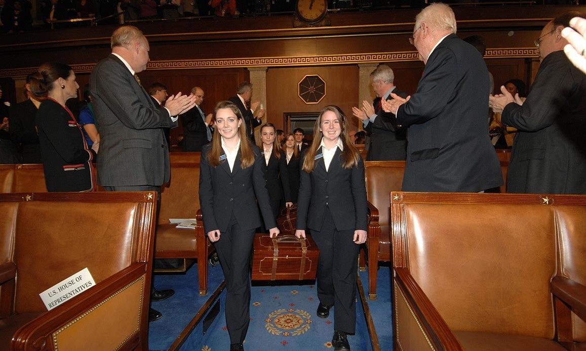 Nhân viên quốc hội đưa thùng đựng phiếu đại cử tri đoàn của cuộc bầu cử tổng thống năm 2008 vào Hạ viện Mỹ. Ảnh: Hạ viện Mỹ