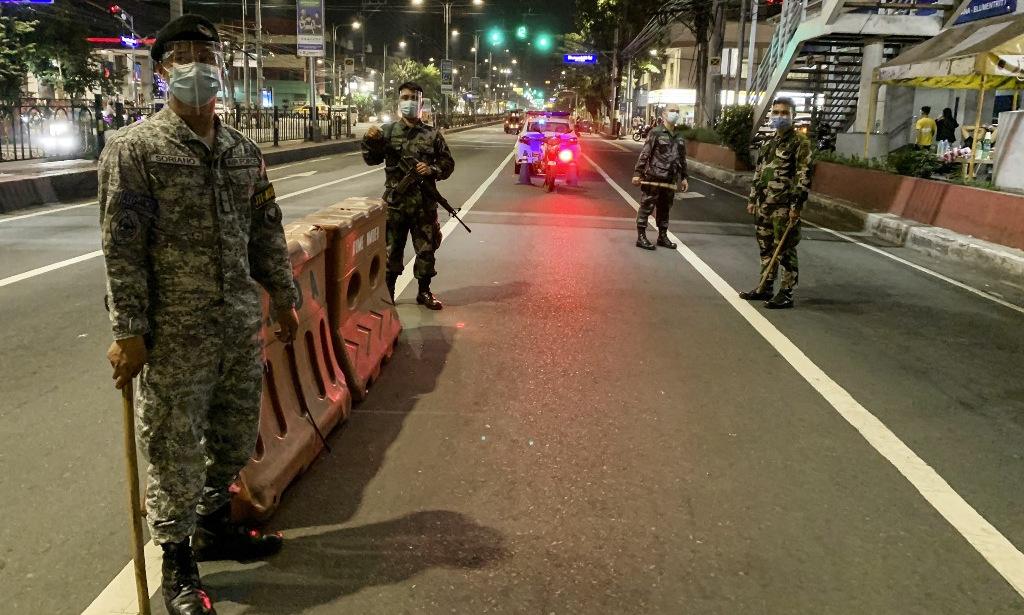 Cảnh sát tại một chốt gác ở thủ đô Manila, Philippines, hôm 24/12. Ảnh: AFP.