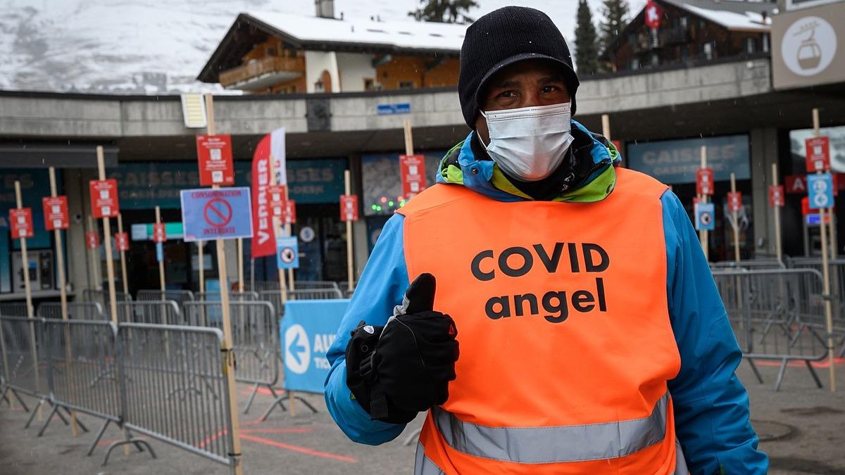 Một tình nguyện viên nhắc nhở du khách giữ quy tắc phòng tránh Covid-19 tại khu nghỉ dưỡng trượt tuyết Verbier. Ảnh: SkyNews