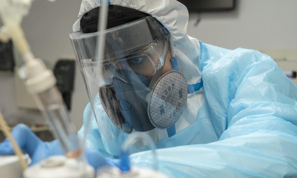 Nhân viên y tế chăm sóc cho bệnh nhân nhiễm nCoV trong phòng điều trị tích cực tại một bệnh viện ở Houston, Texas, hôm 28/12. Ảnh: AFP.