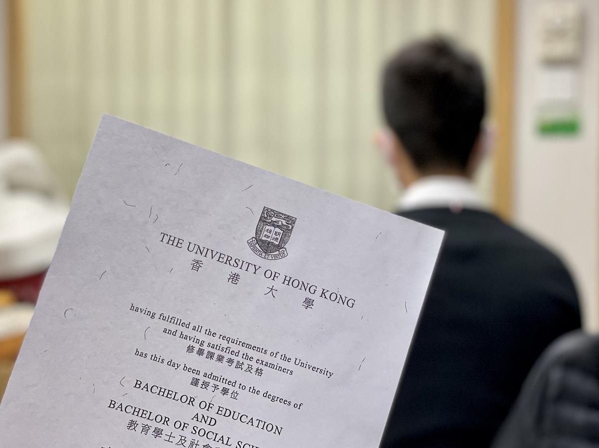 Chen và bằng tốt nghiệp của anh. Ảnh: Chan Ho-him/SCMP