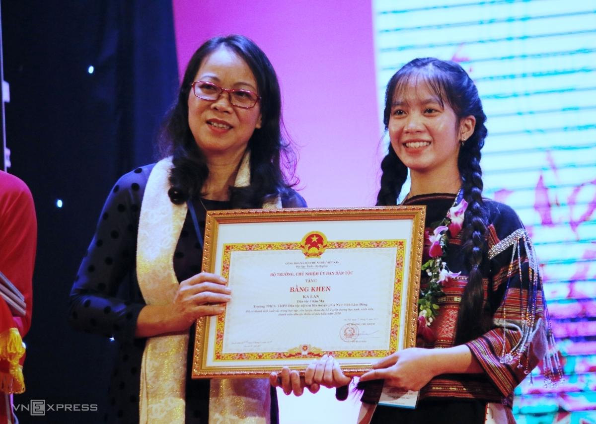 Đinh Thị Yến Như, dân tộc Ba Na, tỉnh Bình Định nhận bằng khen trong Lễ tuyên dương, tối 29/12. Ảnh: Thanh Hằng