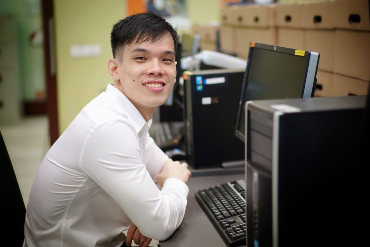 Jun Kang nhận học bổng dành cho những người khuyết tật có thành tích xuất sắc. Ảnh: Jason Quah.