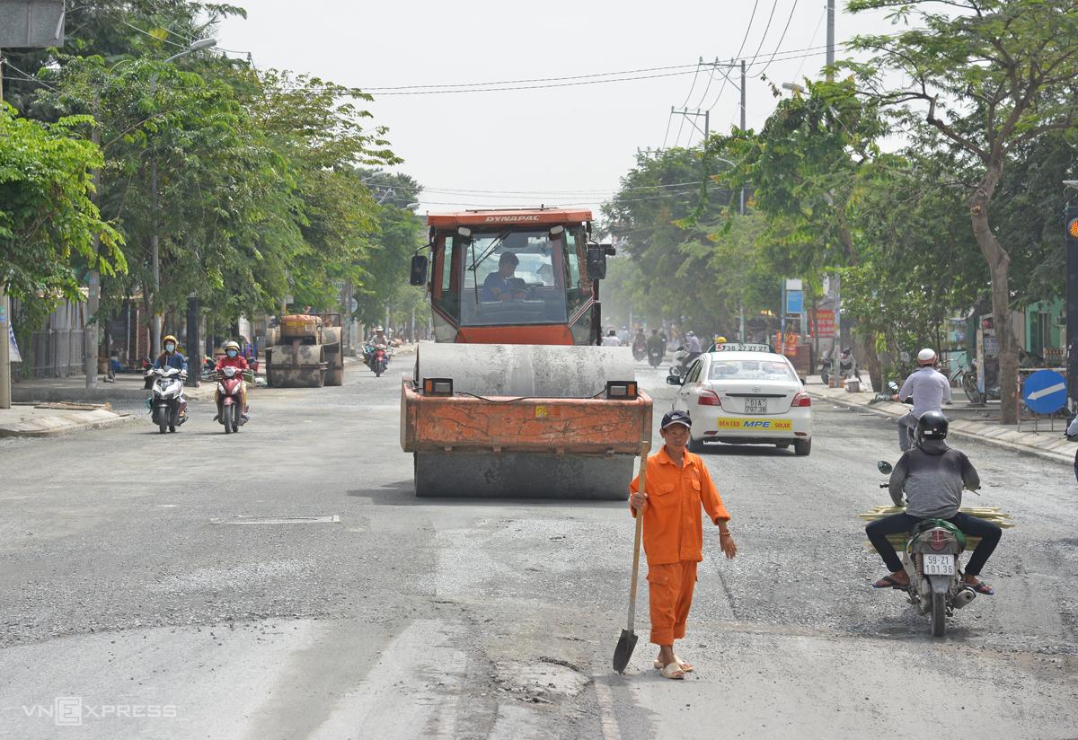 Công nhân thi công tại dự án nâng cấp đường Huỳnh Tấn Phát, huyện Nhà Bè, hồi tháng 11. Ảnh: Gia Minh.