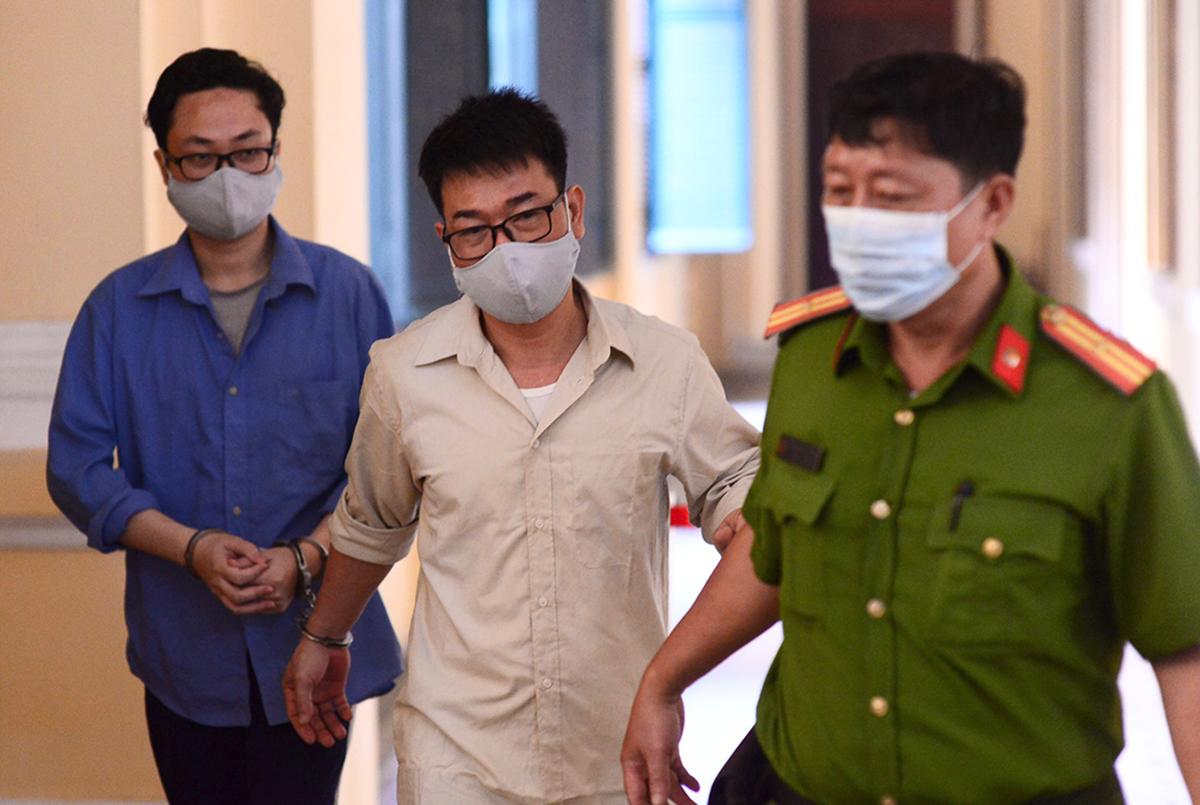 Cựu phó chánh án Nguyễn Hải Nam (giữa) và Tùng (phía sau) được đưa đến tòa sáng nay. Ảnh: Dương Trang.