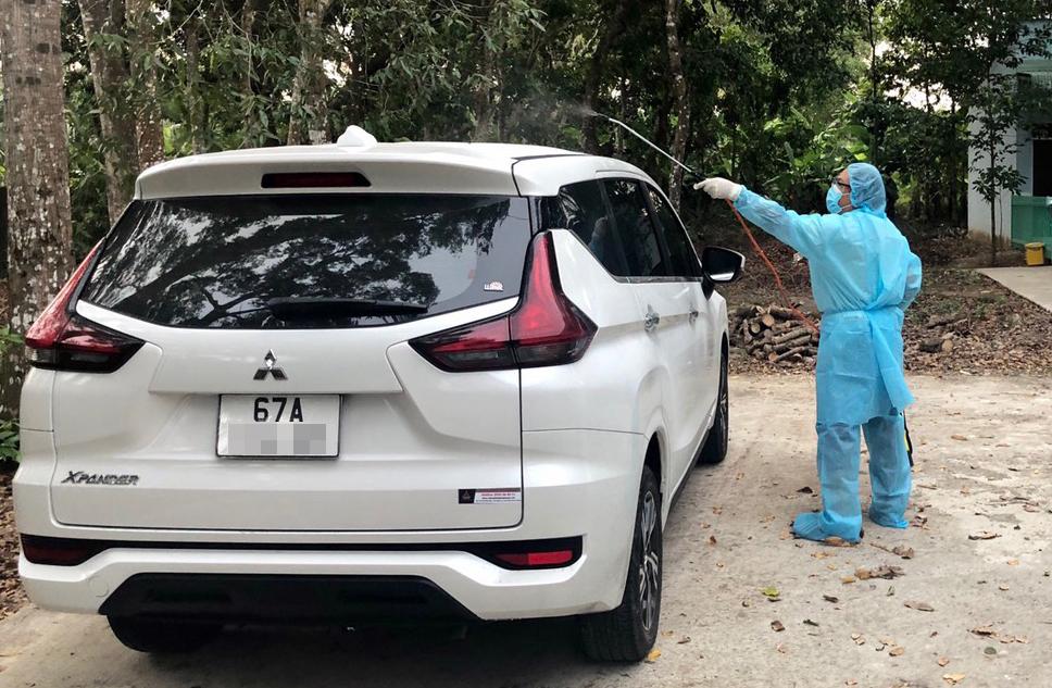Chiếc xe chở 6 người nhập cảnh trái phép đang được tạm giữ, khử trùng tại tỉnh Sóc Trăng. Ảnh: Cửu Long.