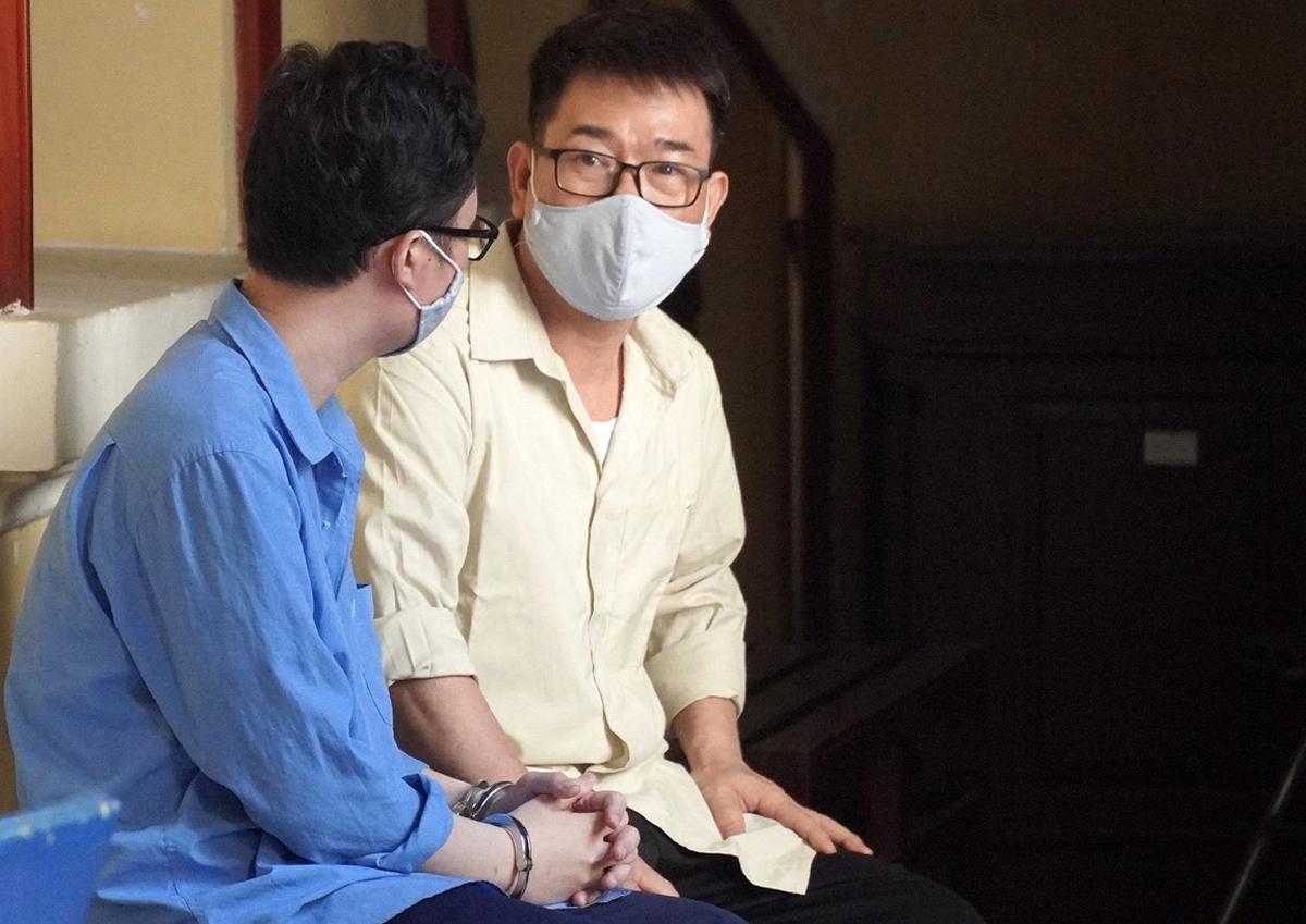Hai bị cáo trong khu lưu phạm của TAND TP HCM. Ảnh: Dương Trang.