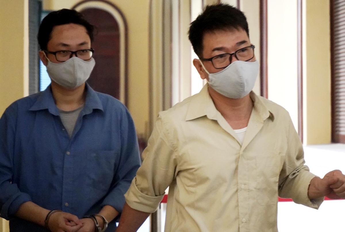 Bị cáo Nguyễn Hải Nam (áo vàng) và Lâm Hoàng Tùng. Ảnh: Dương Trang.