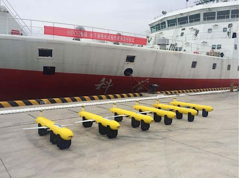 Các UUV Sea Wing được trưng bày trước một con tàu nghiên cứu của Học viện Khoa học Trung Quốc. Ảnh: Học viện Khoa học Trung Quốc.