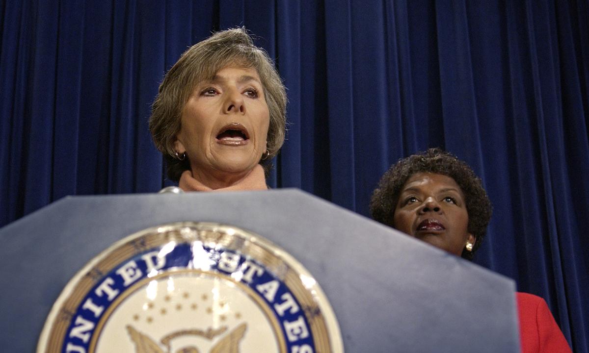 Thượng nghị sĩ Barbara Boxer (trái) và hạ nghị sĩ Stephanie Tubbs Jones trả lời báo chí về việc phản đối chiến thắng ở Ohio của George W. Bush tại Tòa nhà Quốc hội Mỹ, Washington, ngày 6/1/2005. Ảnh: Reuters.