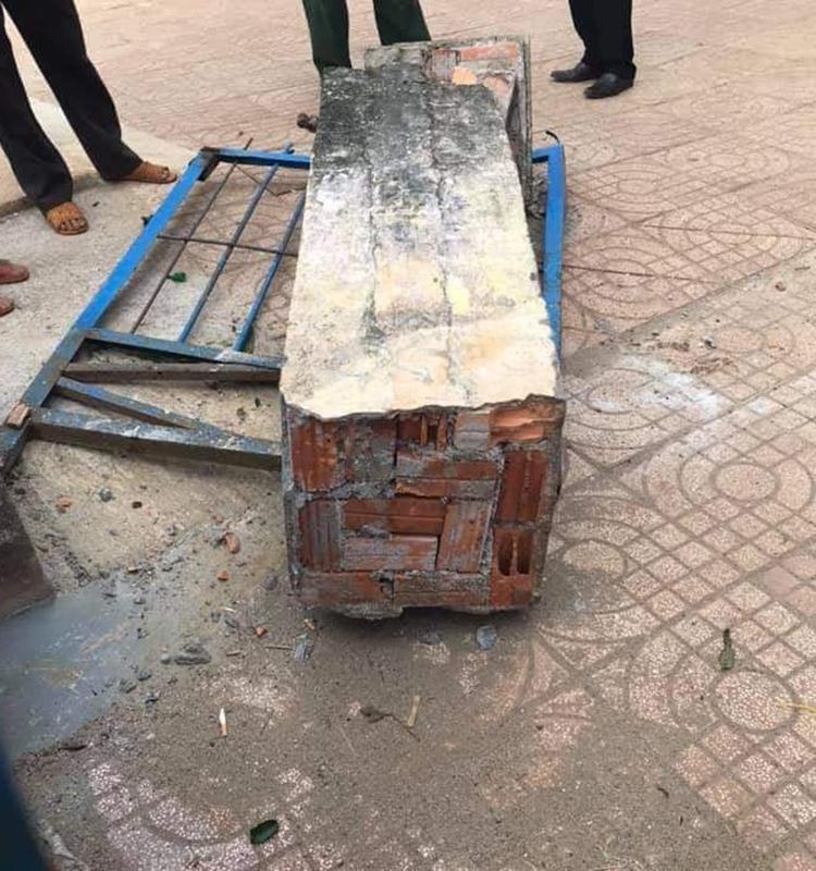 Cổng phụ trường Tiểu học Lê Hữu Trác đổ sập, đè chết học sinh lớp 4, chiều 30/12. Ảnh: Ngọc Oanh