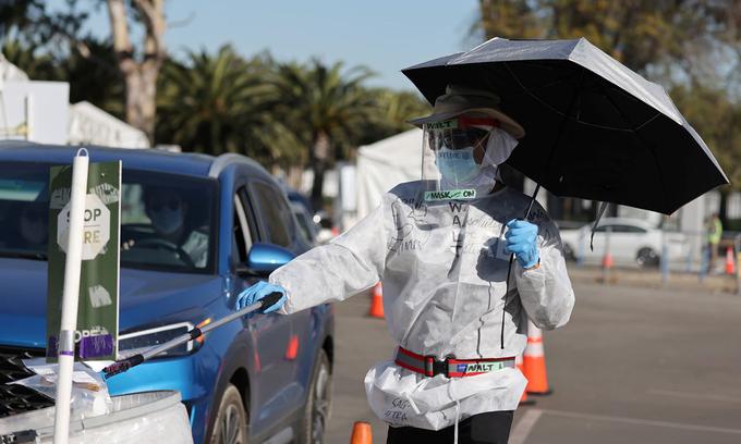 Nhân viên y tế Mỹ tại một điểm xét nghiệm Covid-19 ở Los Angeles, bang California hôm 1/12. Ảnh: Reuters.