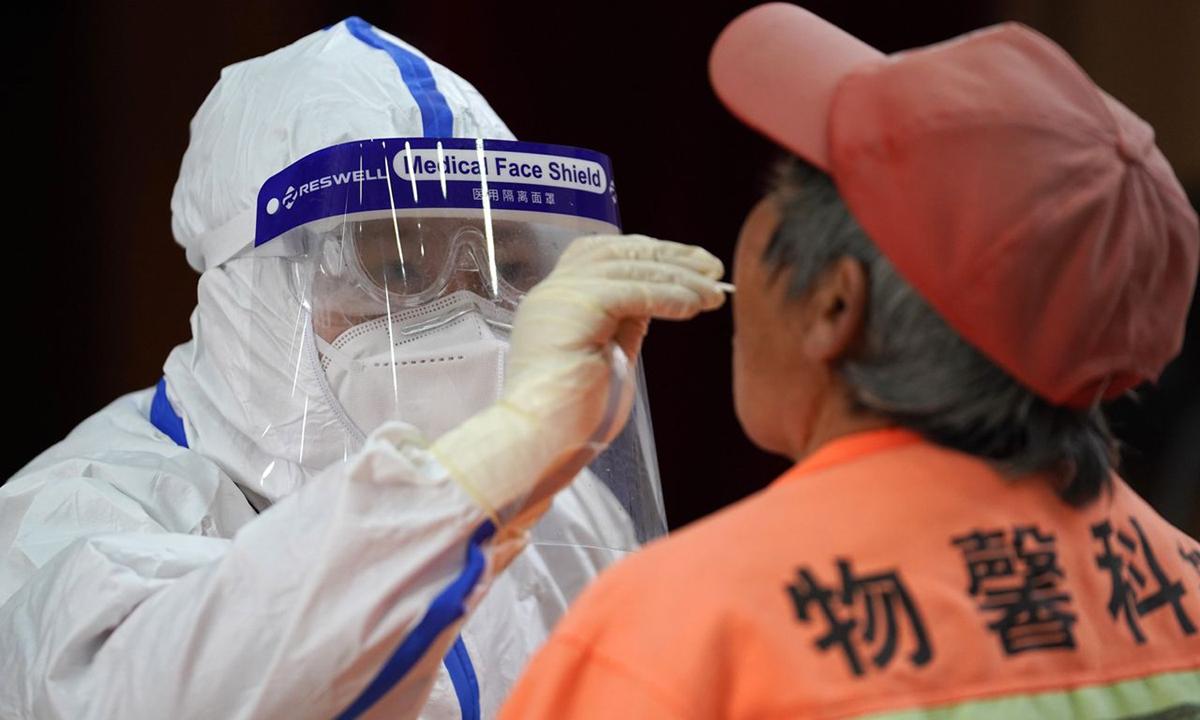 Nhân viên y tế lấy mẫu xét nghiệm Covid-19 cho cư dân quận Thuận Nghĩa, ngoại ô Bắc Kinh hôm 28/12. Ảnh: Zuma Press.