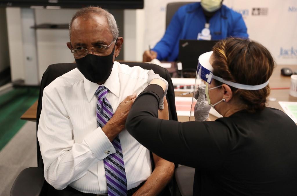 Cụ ông 88 tuổi tiêm vaccine Covid-19 tại Florida ngày 30/12. Ảnh: AFP.