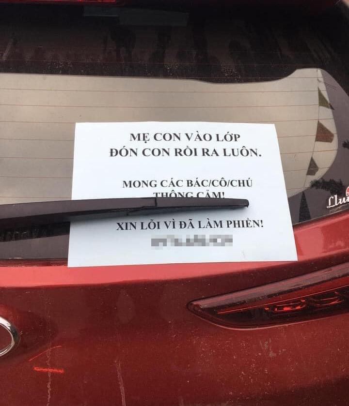 Mảnh giấy xin lỗi cùng số điện thoại của nữ tài xế.