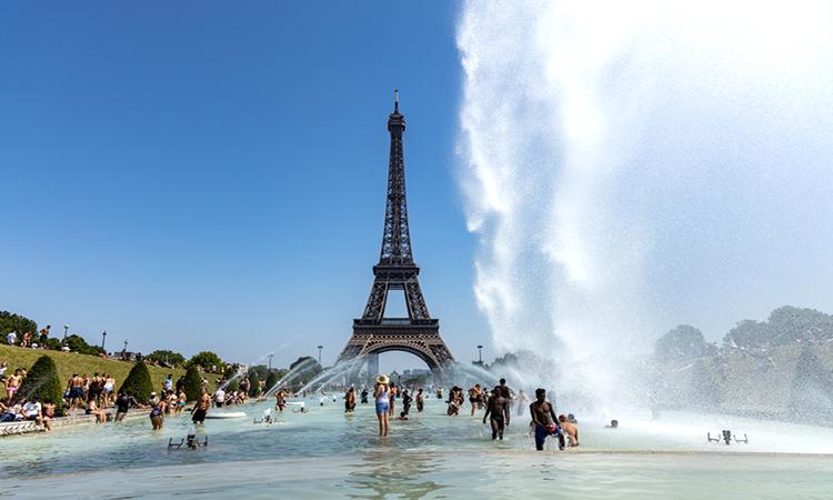 Người dân Paris tránh nóng tại Đài phun nước Trocadero bên cạnh Tháp Eiffel. Ảnh: Earth.