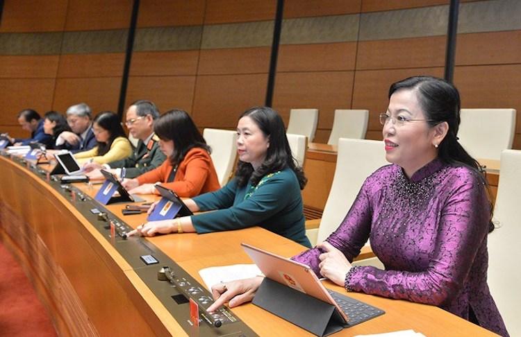 Đại biểu Quốc hội ấn nút thông qua luật tại kỳ họp thứ 10, Quốc hội khóa 14. Ảnh: Trung tâm báo chí Quốc hội