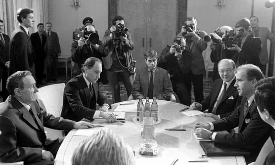 Joe Biden (phải) ngồi đối diện Andrei Gromyko, Chủ tịch Đoàn chủ tịch Xô viết Tối cao tại Moskva năm 1988. Ảnh: Tass.