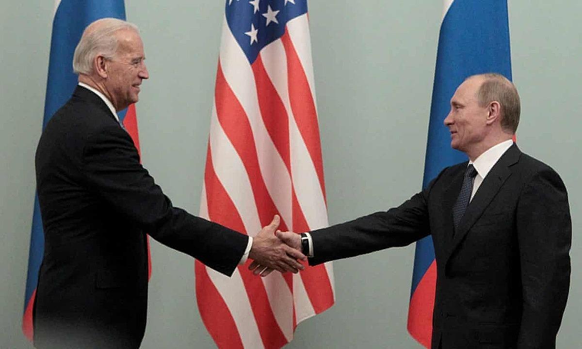 Phó tổng thống Joe Biden (trái) và Tổng thống Nga Putin tại Moskva năm 2011. Ảnh: Reuters.