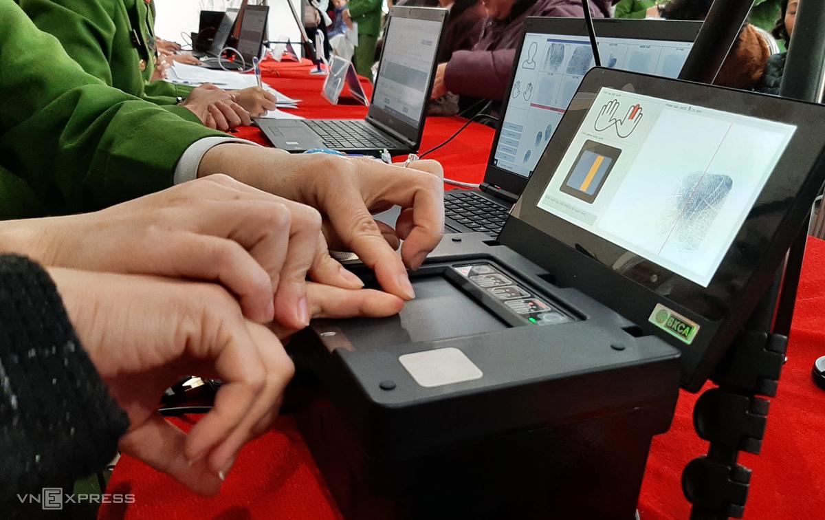 Máy thu nhận vân tay kiểu mới để làm thẻ căn cước gắn chip. Ảnh: Phương Sơn