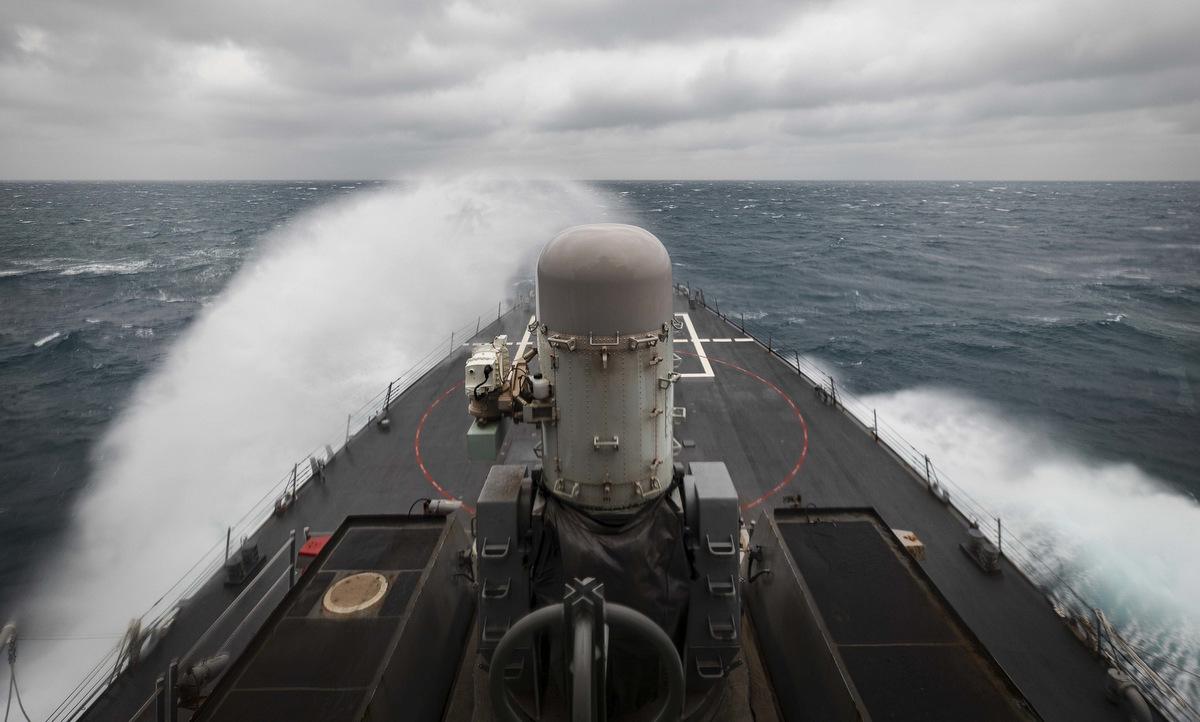Tàu chiến USS McCain hướng đến eo biển Đài Loan hôm 30/12. Ảnh: US Navy.