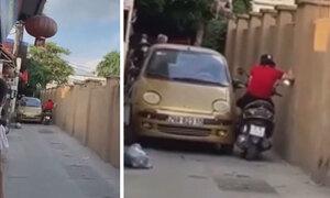 Ôtô và xe máy thi lì đòn trong hẻm