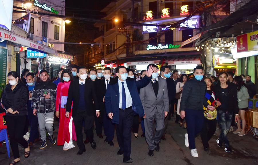 Bí thư Thành uỷ Hà Nội Vương Đình Huệ, Chủ tịch UBND TP Chu Ngọc Anh cùng các đại biểu thăm quan phố đi bộ mới mở. Ảnh: Viết Thành.
