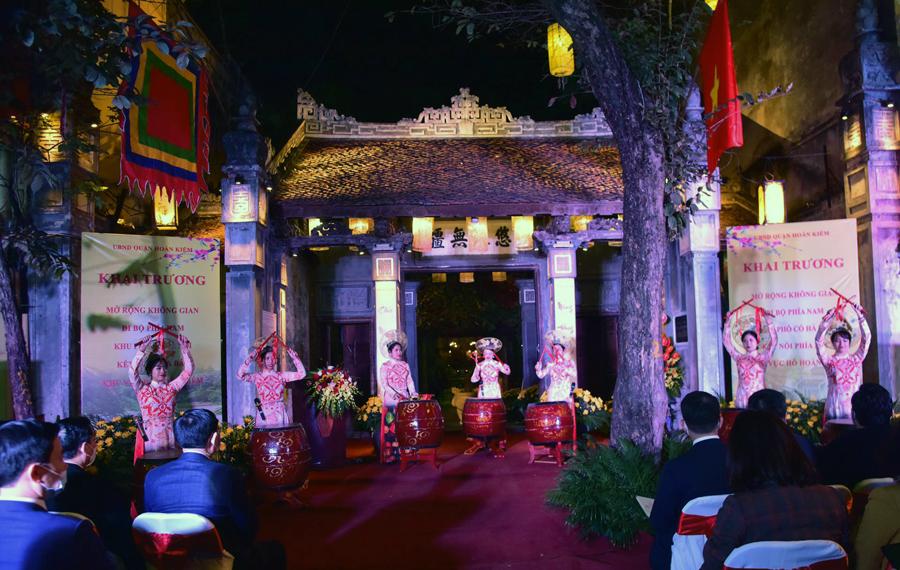 Lễ khai trương tám tuyến phố đi bộ diễn ra tối 31/12 tại đình Kim Ngân (phố Hàng Bạc, quận Hoàn Kiếm). Ảnh: Viết Thành.