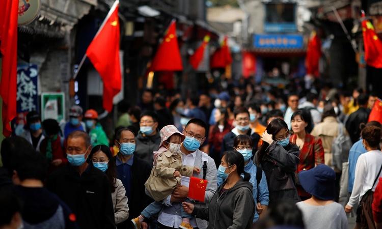 Cảnh đông đúc trên một đường phố của Trung Quốc vào dịp Tuần lễ Vàng từ 1/10 đến 7/10. Ảnh: Reuters.