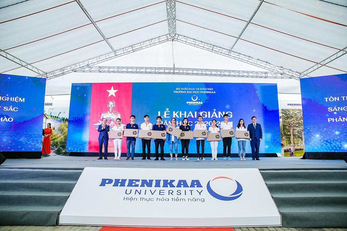 Trường đại học Phenikaa trao học bổng cho tân sinh viên xuất sắc năm 2020