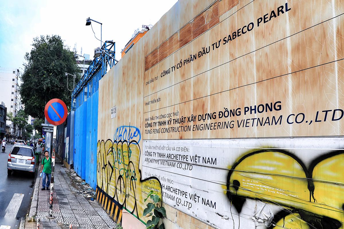 Biển hiệu trước dự án của Sabeco Pearl bị vẽ nham nhở. Ảnh: Hữu Khoa.