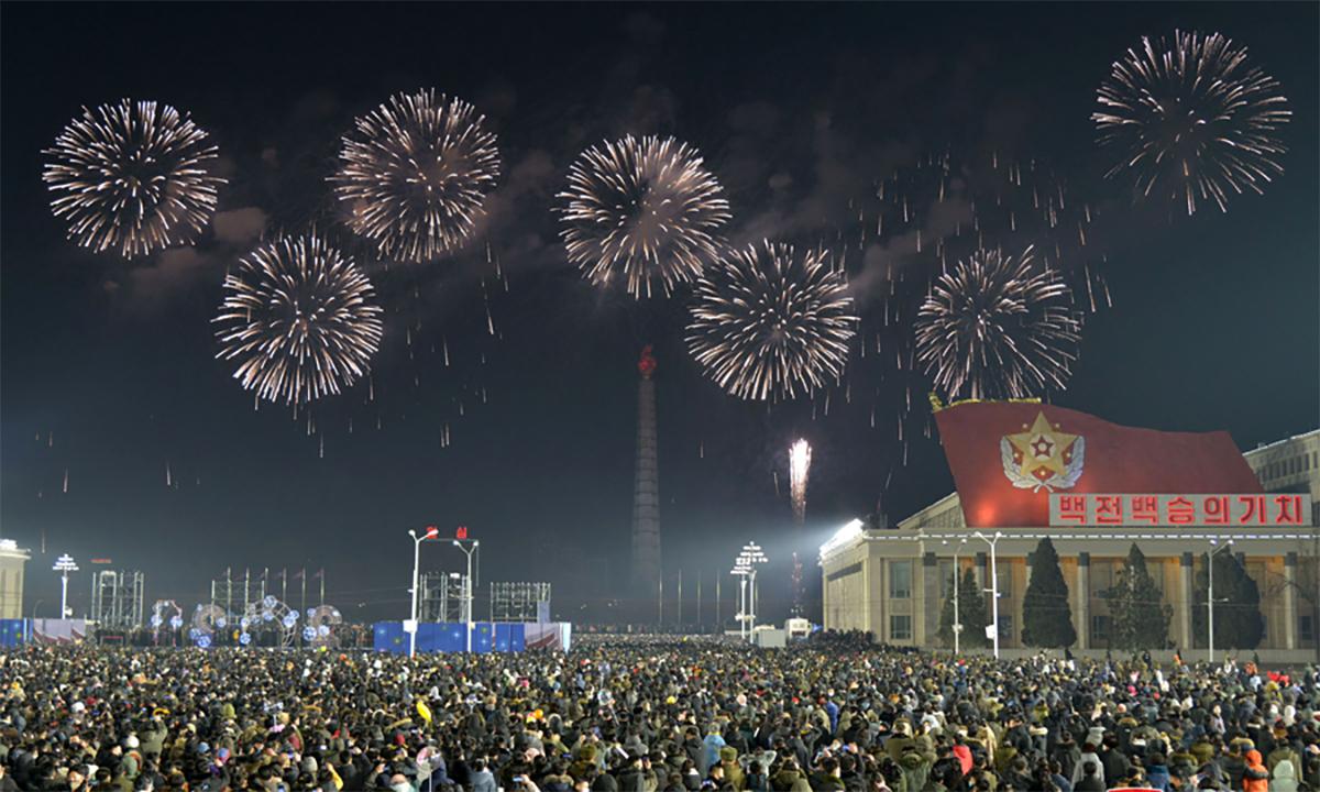 Hàng nghìn người Triều Tiên tập trung tại quảng trường Kim Nhật Thành, thủ đô Bình Nhưỡng, để đón năm mới 2021. Ảnh: KCNA.