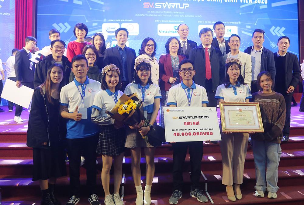 Nhóm sinh viên Đại học Mở Hà Nội (5 sinh viên mặc đồng phục hàng đầu) nhận giải nhì SV-STARTUP 2020 với 40 triệu đồng tiền mặt cùng bằng khen của Bộ trưởng Giáo dục và Đào tạo. Ảnh: HOU.