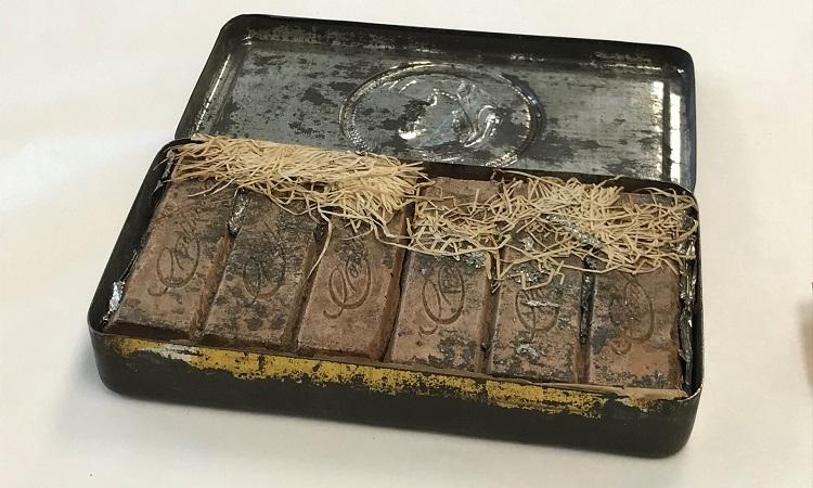 Hộp chocolate của Banjo Paterson. Ảnh: NLA.