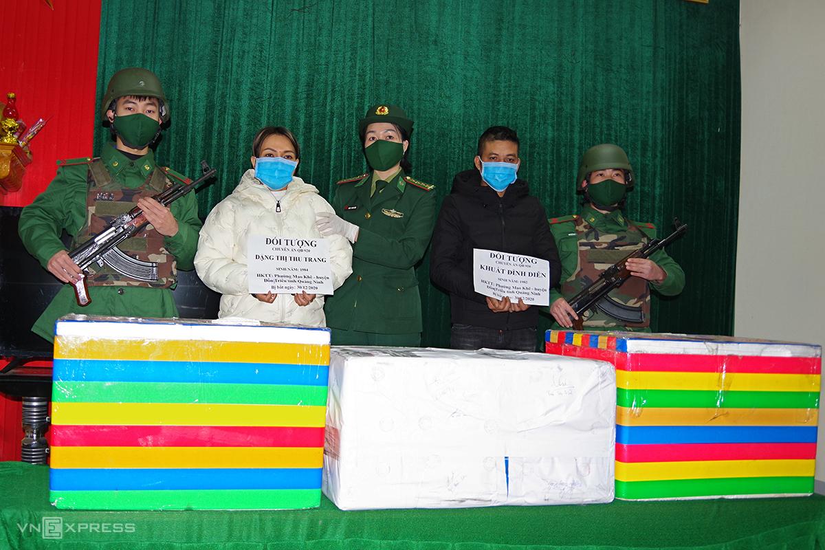 Ông Diễn (thứ 2 phải) và bà Trang (thứ 2 trái) cùng tang vật bị thu giữ. Ảnh: Đức Trí