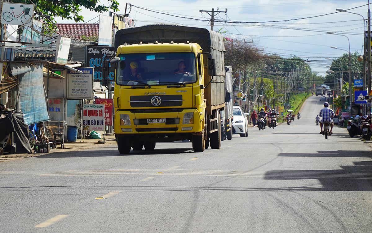 Tỉnh lộ 769 đi qua thị trấn Dầu Giây trở nên quá tải, thường xuyên kẹt xe, tai nạn. Ảnh: Phước Tuấn
