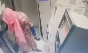 Giả phụ nữ đi phá máy ATM