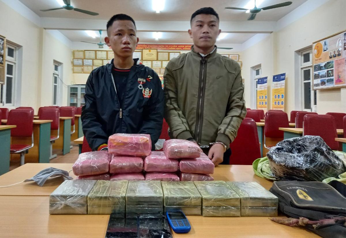 Kênh (bên trái) và Chung cùng tang vật sau khi bị bắt. Ảnh: Biên phòng Nghệ An.