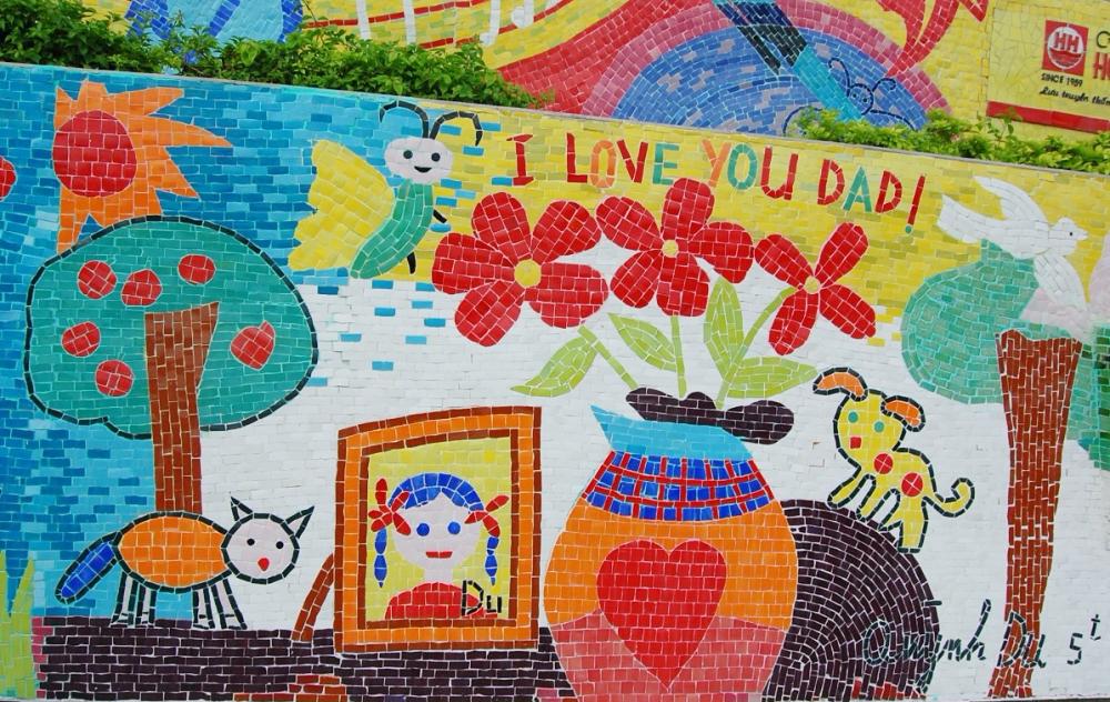 Bức tranh Bàn làm việc của bố được Quỳnh Du vẽ khi 5 tuổi, được chọn để dựng trên Con đường Gốm sứ. Ảnh: Nhân vật cung cấp