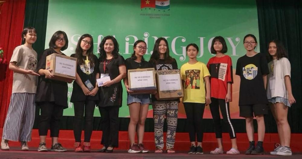 Quỳnh Du (thứ hai từ trái sang) gao lưu từ thiện tại Làng trẻ em Birla, Hà Nội, 2019. Ảnh: Nhân vật cung cấp