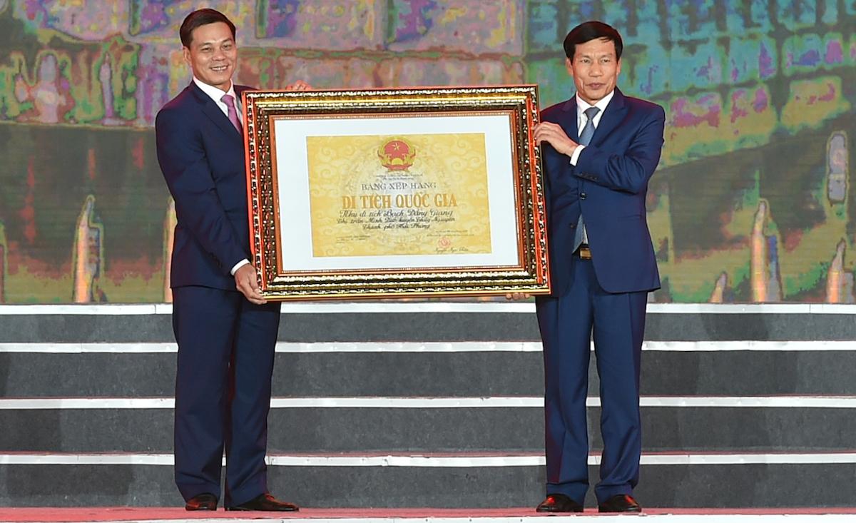 Bộ trưởng Văn hóa, Thể thao và Du lịch Nguyễn Ngọc Thiện (bìa phải) trao bằng xếp hạng Khu di tích Bạch Đằng Giang là di tích lịch sử quốc gia cho lãnh đạo TP Hải Phòng. Ảnh: VGP