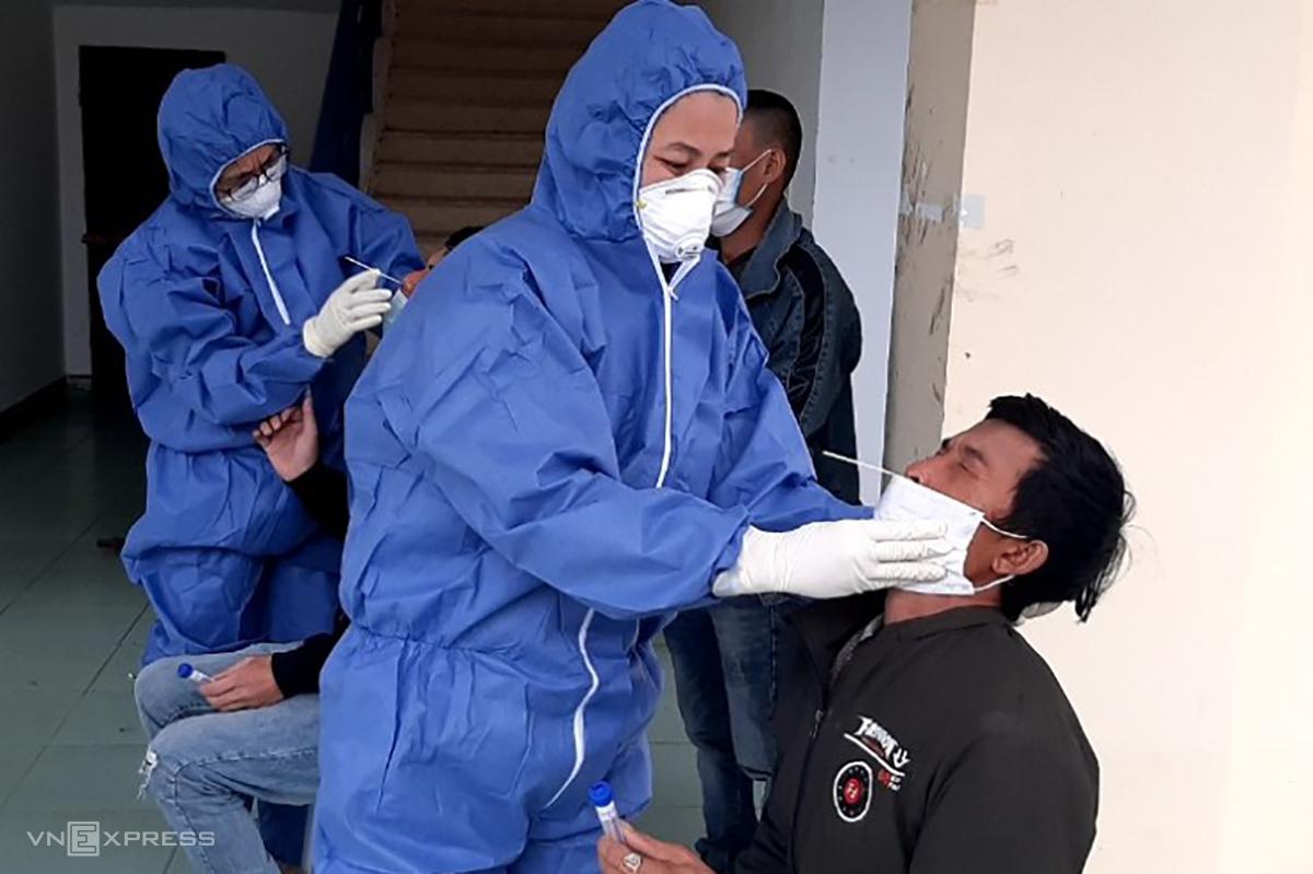 3 người đàn ông nhập cảnh trái phép có kết quả xét nghiệm âm tính với nCov. Ảnh: Nguyễn Hoàng