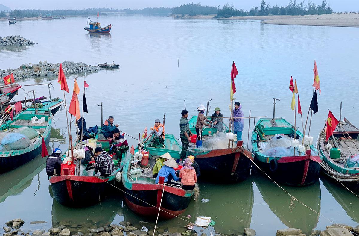 Tàu thuyền đánh bắt cá cháo cập bờ ở xã Thịnh Lộc, huyện Lộc Hà hồi đầu tháng 1. Ảnh: Đức Hùng