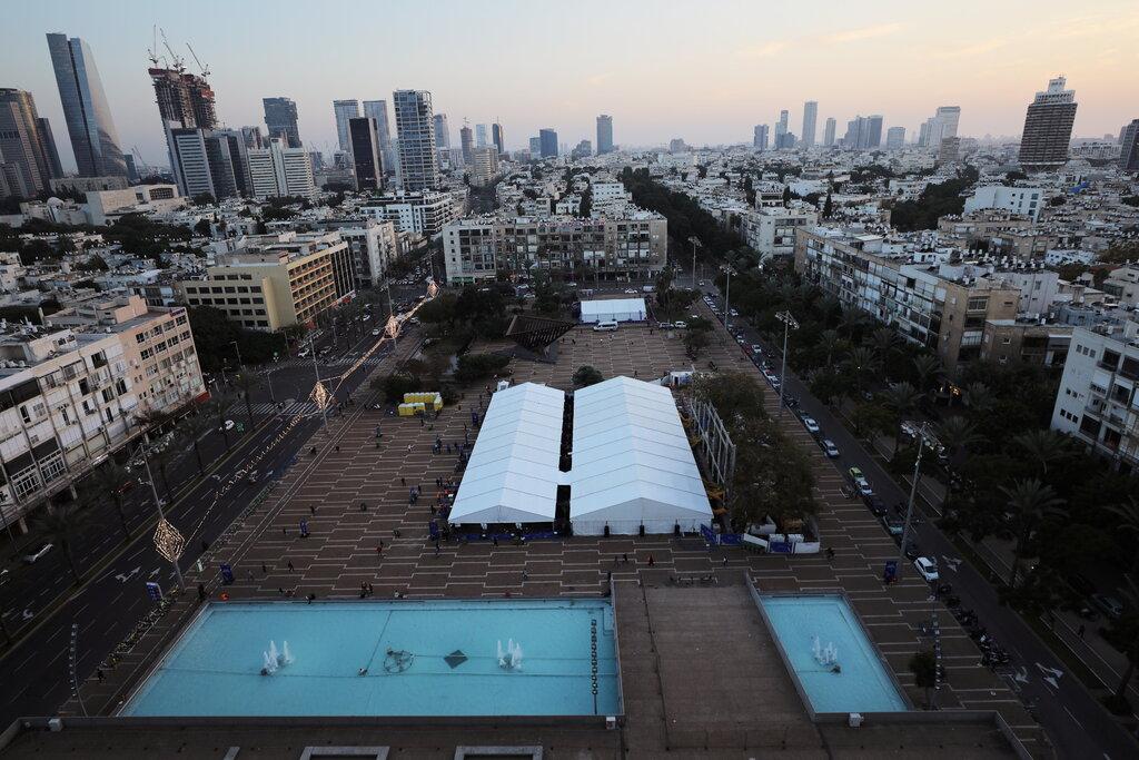 Trung tâm xét nghiệm và tiêm vaccine tại quảng trường Rabin. Ảnh: Reuters.