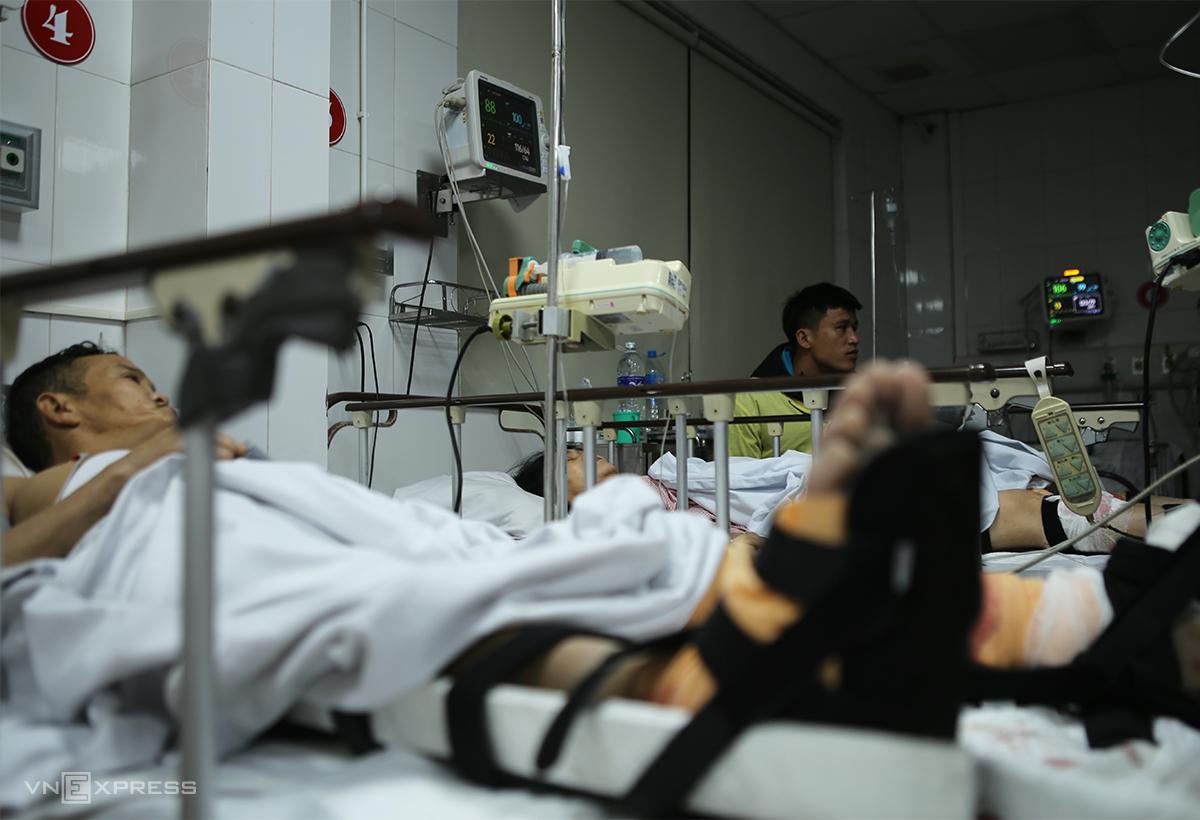 Các nạn nhân cấp cứu tại bệnh viện. Ảnh: Nguyễn Hải
