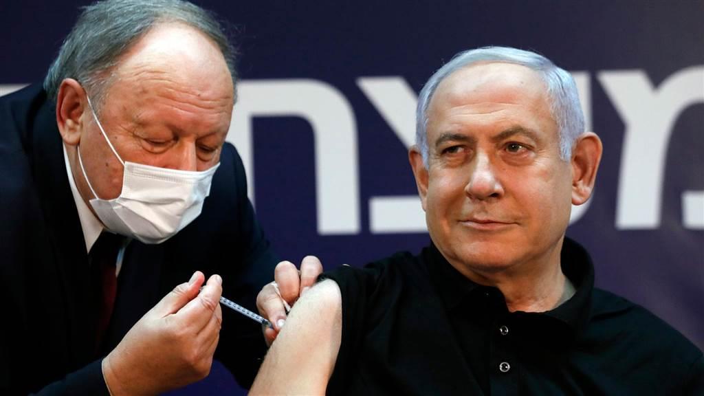 Thủ tướng Netanyahu là người đầu tiên tiêm vaccine Covid-19 tại Israel ngày 20/12. Ảnh: AFP.